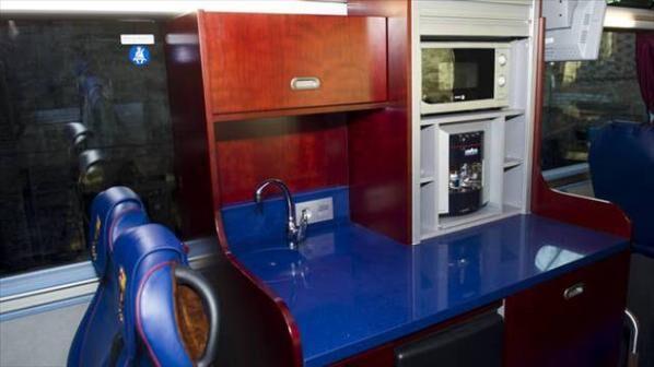 barcelona-takim-otubusu-ici-mutfak