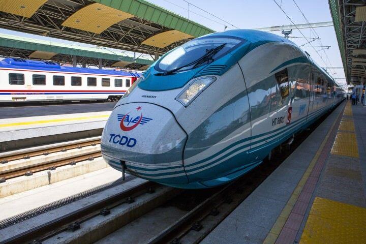 TCDD tarafından Alman Siemens firmasından temin edilen ve test sürüşleri tamamlanan turkuaz renkli yeni çok yüksek hızlı tren setlerinden ilki Ankara-Konya YHT hattında bugün hizmete girdi. (Orhan Akkanat - Anadolu Ajansı)